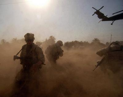 US Army (USA) Soldiers scan the landing zone at Baghdad, Iraq - Photo by US Army Korea - IMCOM (Flickr)