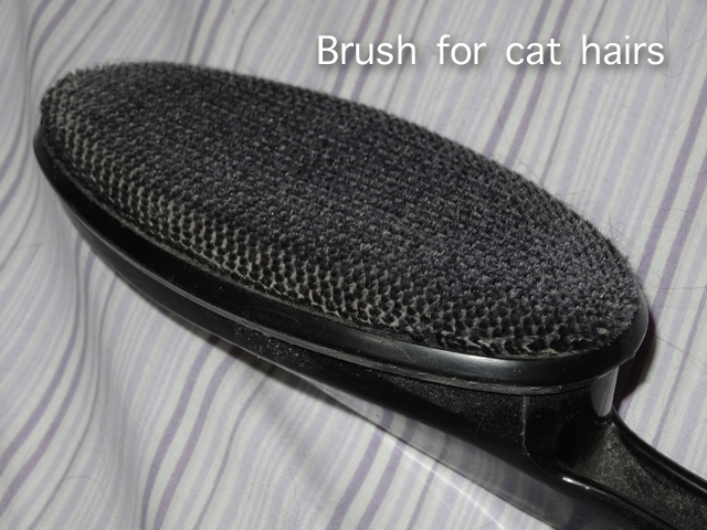 Brush for cat hairs