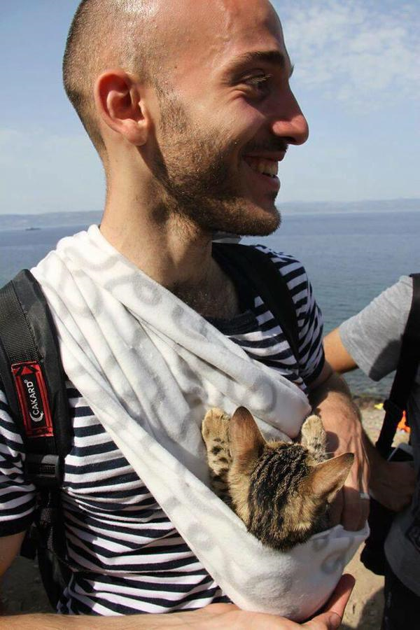 Syrian refugee brings kitten from Syria to Greece