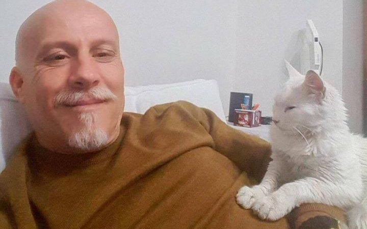 Turkish doctor saves and adopts beautiful all-white street cat