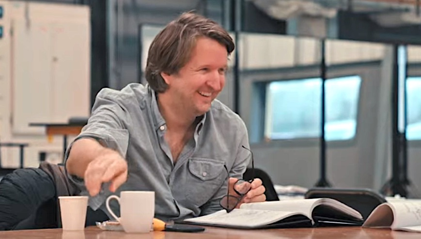 Tom Hooper working on rehersals of the Cats movie