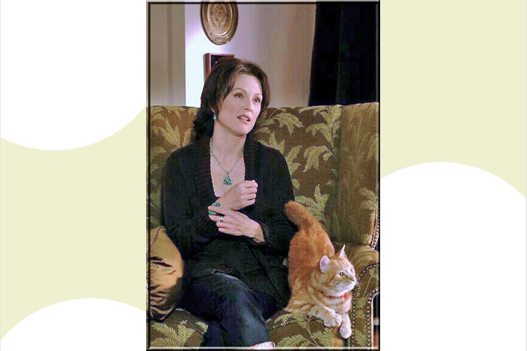 Julianne Moore and cat