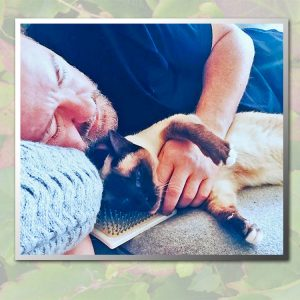 Picture of Ricky Gervais and his cat Ollie