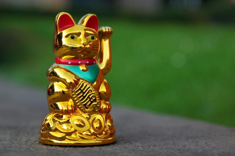 Maneki-neko figurine